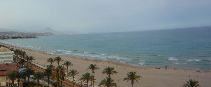 Fallece un bañista en la playa de Muchavista de El Campello (Alicante)