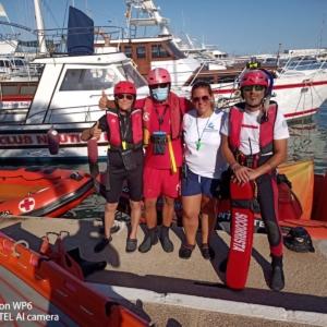 Colaboramos con Salvamento Marítimo en Cruz Roja de Altea con la realización de prácticas de inmovilización de víctimas traumáticas con tablero espinal.